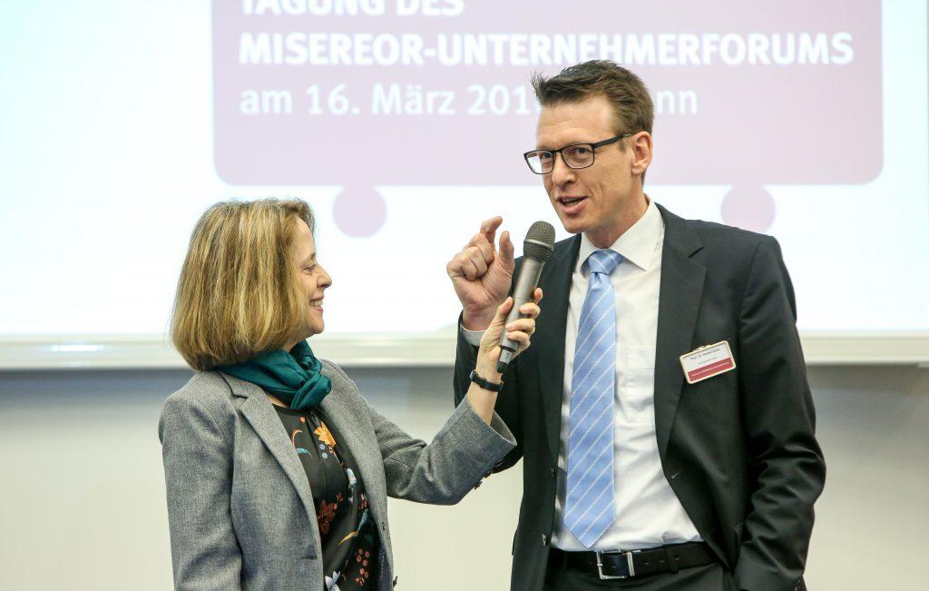 Moderation Gisela Steinhauer und Prof. Dr. Harald Zeiss Hochschule Harz (Tourismusmanagement/ Nachhaltigkeit und internationaler Tourismus) auf der Tagung des Misereor-Unternehmerforums am 16. März 2018 in Bonn.